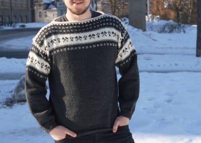 Kjekk bergmand i genser strikket av mamma